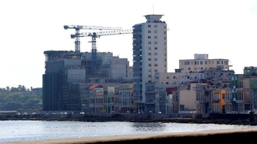 En Cuba existen unas 70.000 habitaciones de hotel, de ellas el 63 % en instalaciones de cuatro y cinco estrellas y el 74 % ubicadas en playas, según datos oficiales. En la imagen una fotografía del pasado 19 de junio donde se registró la construcción de un hotel en el Malecón de La Habana (Cuba). EFE/Archivo