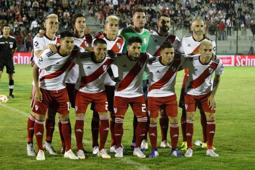 Jugadores del River Plate de Argentina fueron registrados este martes al posar antes de disputar un partido amistoso contra el Nacional de Uruguay, en el estadio Domingo Burgueño Miguel de Maldonado (Uruguay). EFE