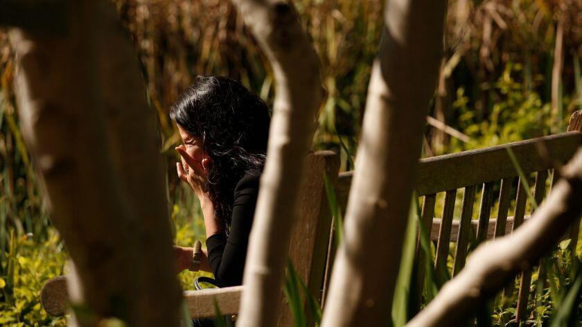 Una beneficiaria del programa de Acción Diferida para Llegados en la Infancia (DACA), de 24 años, llora porque su abuela se niega a ir al médico por temor a ser deportada (Los Angeles Times).