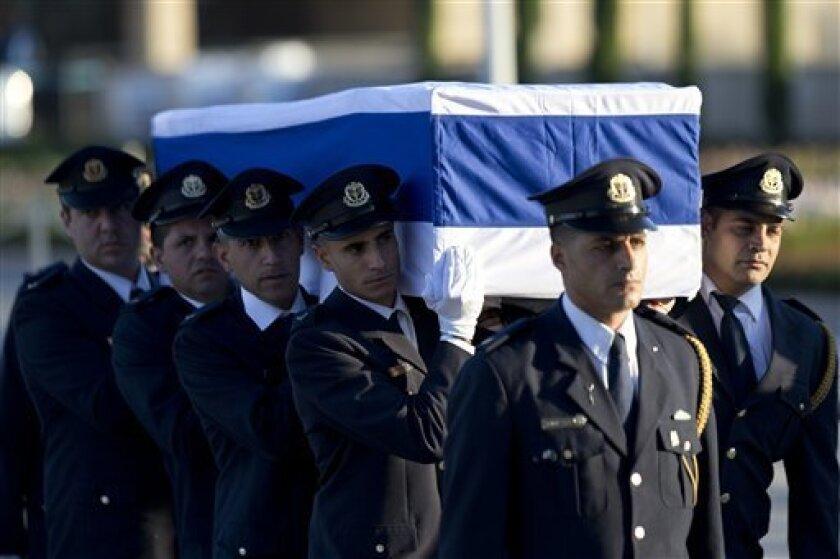 Cientos de israelíes presentaron sus respetos el jueves al noveno presidente de Israel, Shimon Peres, durante la capilla ardiente organizada ante el Parlamento. Entre los primeros en acudir estaban el primer ministro israelí, Benjamin Netanyahu, y el presidente del país, Reuven Rivlin.
