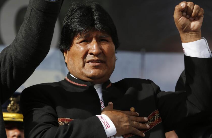 El presidente boliviano Evo Morales canta el himno nacional durante un acto público en La Paz, el lunes 22 de febrero de 2016. Los electores en Bolivia rechazaron por escaso margen una enmienda constitucional que le habría permitido a Morales postularse a un cuarto período consecutivo en 2019, anunció el martes 23 de febrero la autoridad electoral en su cibersitio. (AP Foto/Juan Karita)