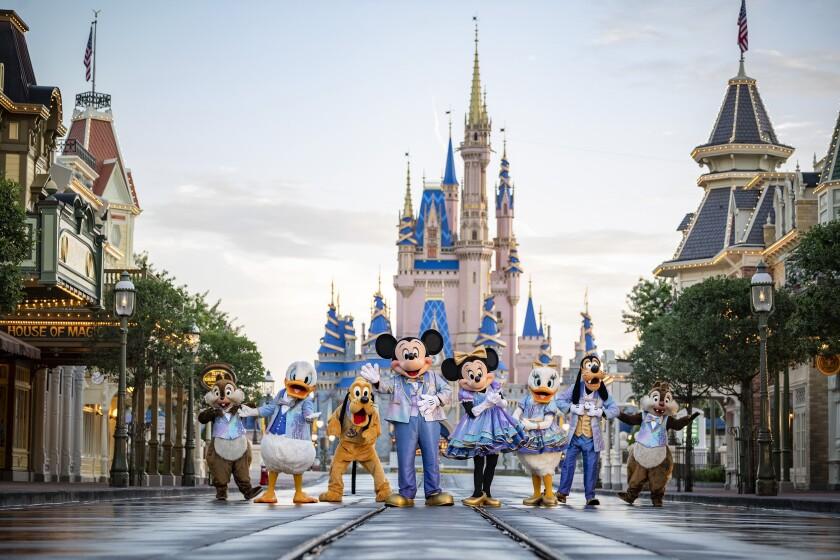 En esta foto sin fecha proporcionada por Walt Disney World, personajes de Disney en Walt Disney World en Lake Buena Vista, Florida. Walt Disney World planea una celebración de 18 meses en honor a su 50mo aniversario a partir del 1ro de octubre, anunció Disney el martes. (Matt Stroshane/Walt Disney World vía AP)