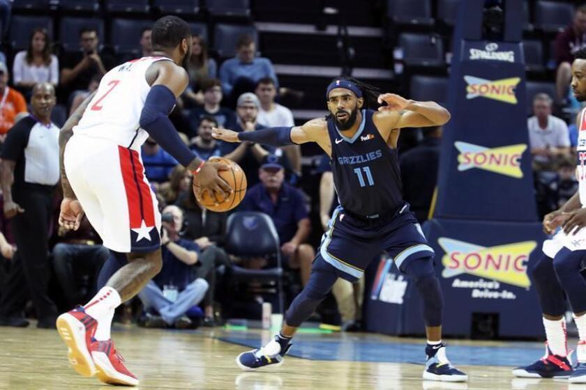 Mike Conley (d) de los Grizzlies en acción contra John Wall (i) de los Wizards, este martes 30 de octubre, durante un partido de NBA disputado entre Memphis Grizzlies y Washington Wizards, en el FedEx Forum, en Memphis, Tennessee (EE.UU.). EFE