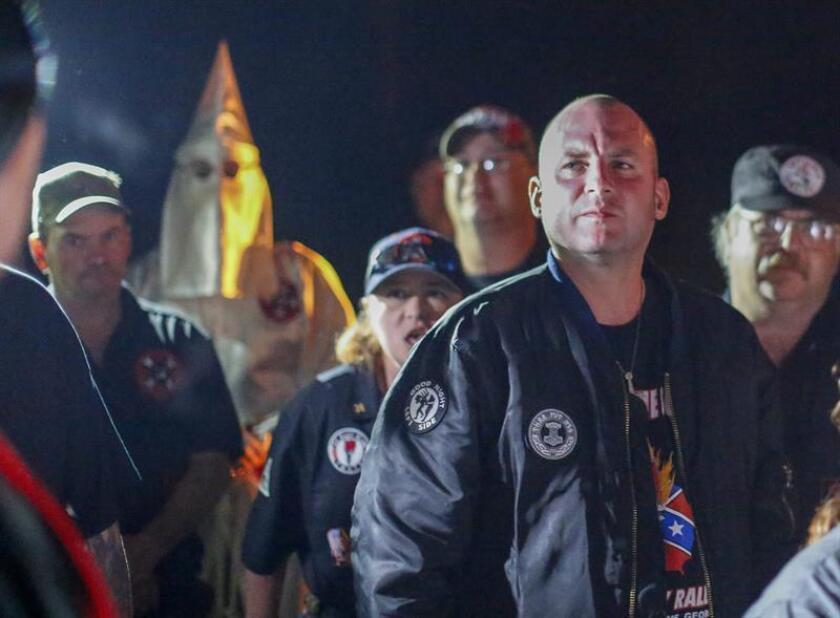 Jeff Schoep (R), comandante del Movimiento Nacional Socialista, participa como organizaciones pro-derechos de los derechos humanos. El Movimiento Nacional Socialista neonazi y los grupos Ku Klux Klan realizan una quema de cruz y esvástica en Temple, Georgia, EE. UU., el 23 de abril de 2016. EFE/Archivo