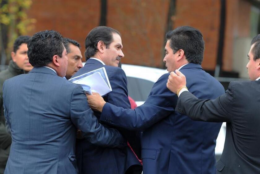 El exgobernador mexicano Guillermo Padrés (c) llega al juzgado en Ciudad de México que lleva su caso. EFE/Archivo