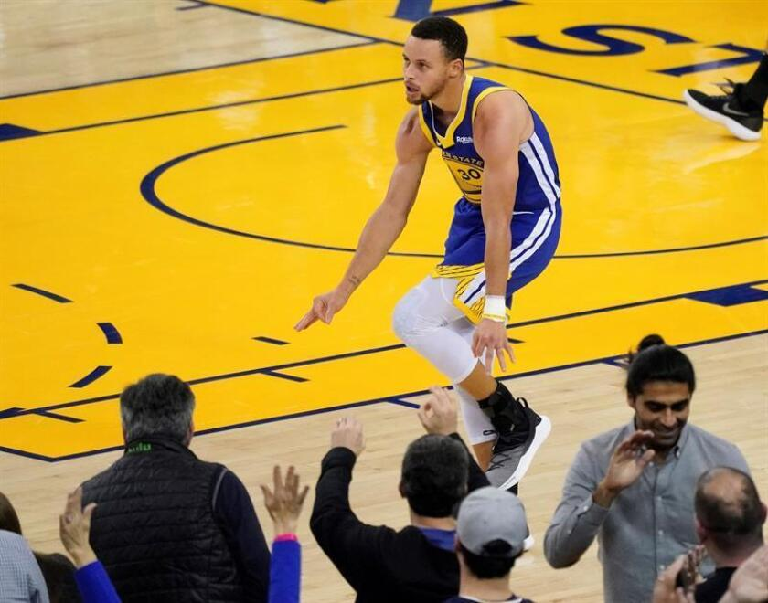 Stephen Curry (c), de los Warriors de Golden State, celebra una canasta de tres puntos. EFE/Archivo