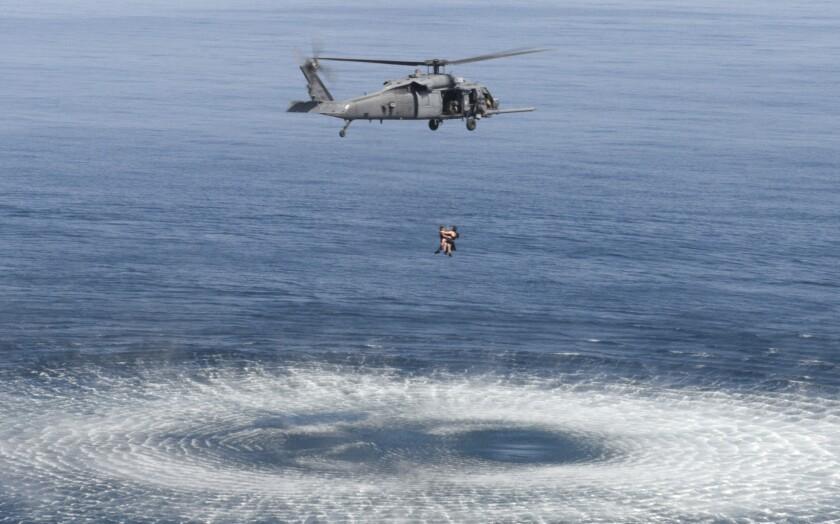 Aviadores de la Fuerza Aérea de Estados Unidos en operativo de rescate.