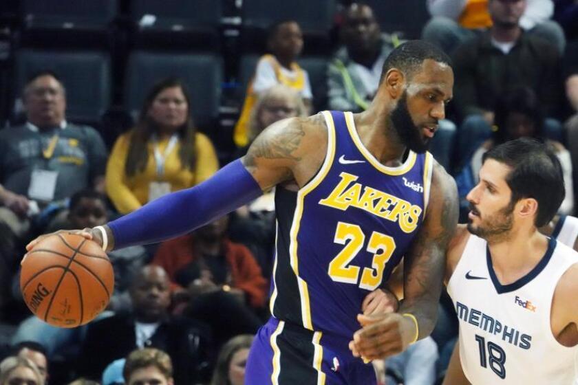 LeBron James (c) de Los Angeles Lakers durante un partido de la presente temporada. EFE/Archivo