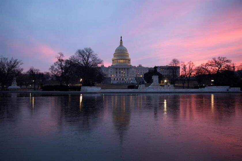 Vista de la cúpula del Capitolio tras la votación del proyecto presupuestario en Washington (Estados Unidos), hoy 9 de febrero de 2018. El Congreso aprobó, con el voto de ambas cámaras, un proyecto presupuestario que permitirá en las próximas horas la reapertura de la Administración, en cierre parcial desde la pasada medianoche. EFE