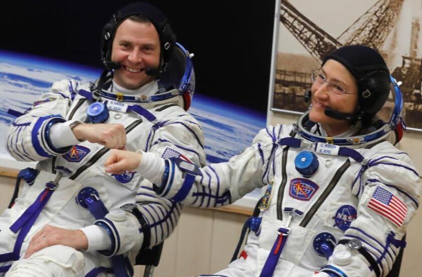 Los astronautas de la NASA Christina Koch y Nick Hague prueban sus trajes antes del lanzamiento de la nave Soyuz MS-12 a la Estación Espacial Internacional (EEI), en el cosmódromo de Baikonur (Kazajistán). EFE