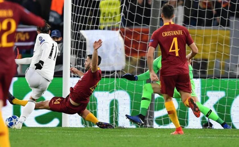 Gareth Bale (i) de Real Madrid anota el 1-0, en un partido de la Liga de Campeones entre AS Roma y Real Madrid en el estadio Olímpico en Roma (Italia). EFE