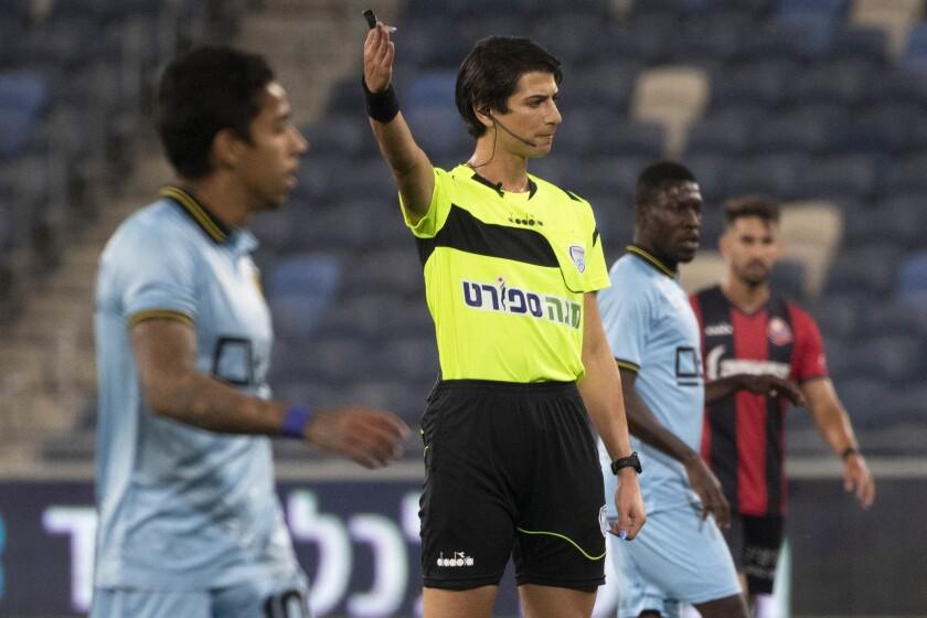 La árbitra Sapir Berman durante un partido de la Liga Premier de Israel entre el Hapoel Haifa y el Beitar Jerusalén