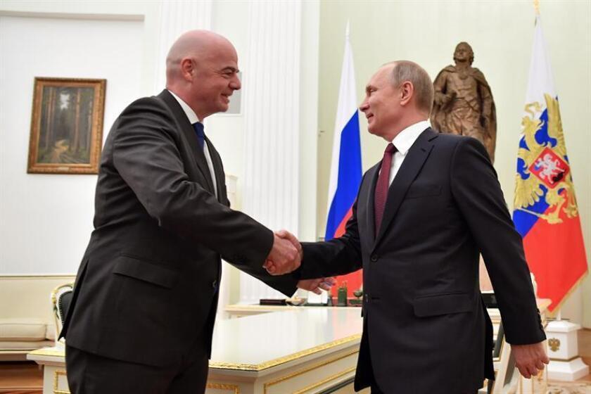 El presidente de la FIFA, Gianni Infantino (i), se reunió ayer con el presidente ruso, Vladimir Putin (d), en el Kremlin en Moscú (Rusia). EFE