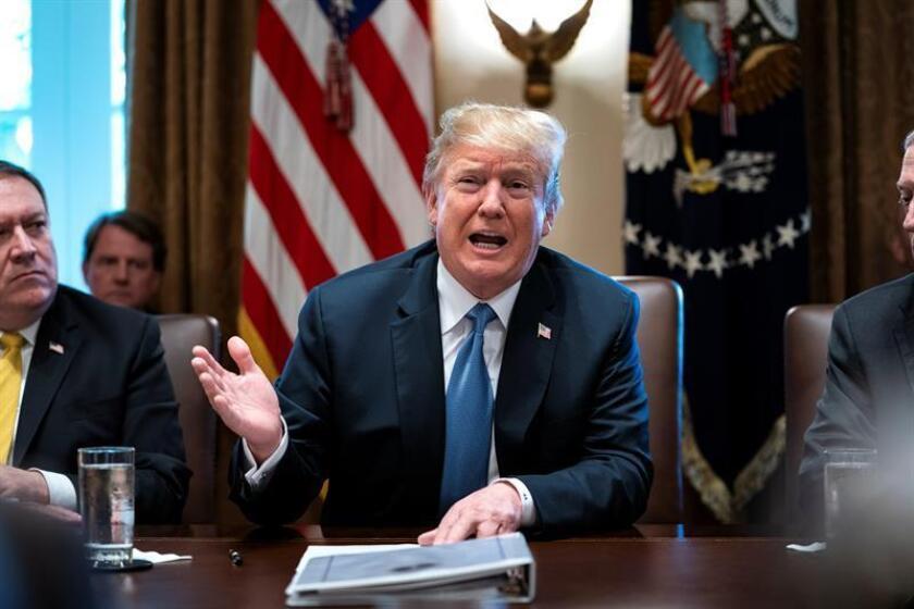 El presidente de Estados Unidos, Donald Trump (c), se dirige a los medios en la Sala del Gabinete de la Casa Blanca, en Washington (EE. UU). EFE