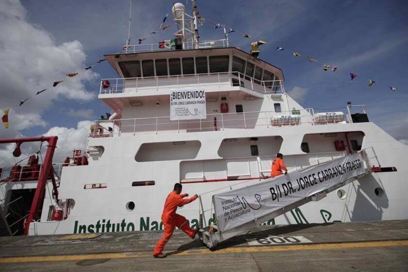 """Científicos abordan el buque de investigación pesquera y oceanográfica """"Dr. Jorge Carranza Fraser"""" en el Canal de Panamá (Panamá). EFE"""