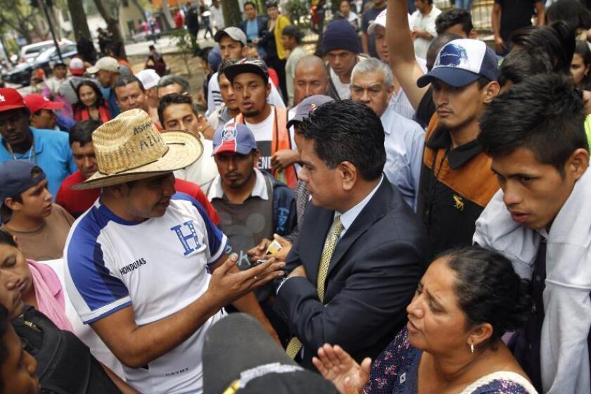 """Integrantes del """"Viacrucis del migrante"""" hablan con el embajador de Honduras en México, Alden Rivera (d), en la embajada de Honduras en Ciudad de México (México). EFE/Sáshenka Gutiérrez/Archivo"""