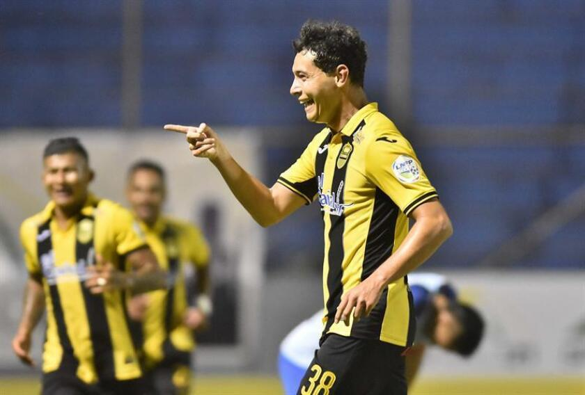 Jhow Benavidez de Real España celebra un gol contra Motagua durante un partido por el Campeonato de Clausura de la Liga Nacional de Honduras este miércoles, en el Estadio Francisco Morazán de San Pedro Sula (Honduras). EFE