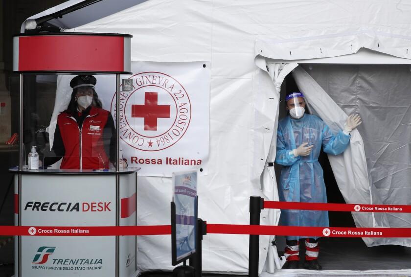 Un paramédico aguarda a realizar pruebas diagnósticas de COVID-19 a pasajeros el viernes 16 de abril de 2021 dentro de una carpa colocada afuera de la estación ferroviaria principal de Milán, Italia. (AP Foto/Antonio Calanni)