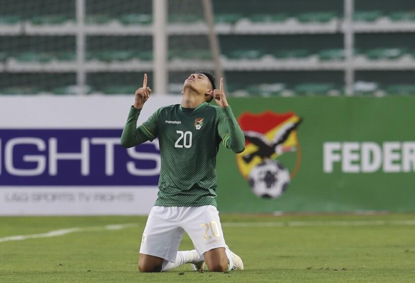 Ramiro Vaca celebra tras anotar el gol con el que Bolivia derrotó 1-0 a Perú en las eliminatorias del Mundial, el domingo 10 de octubre de 2021, en La Paz. (MartínAlipaz/Pool vía AP)