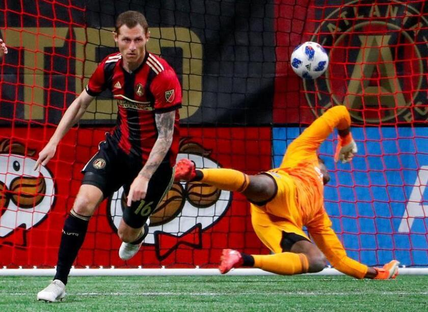 Atlanta United midfielder Chris McCann (L) of Ireland reacts after scoring against New York City goalkeeper Sean Johnson (R) during the second half of the MLS soccer match between the New York City FC and Atlanta United FC at Mercedes-Benz Stadium in Atlanta, Georgia, USA, 15 April 2018. EFE