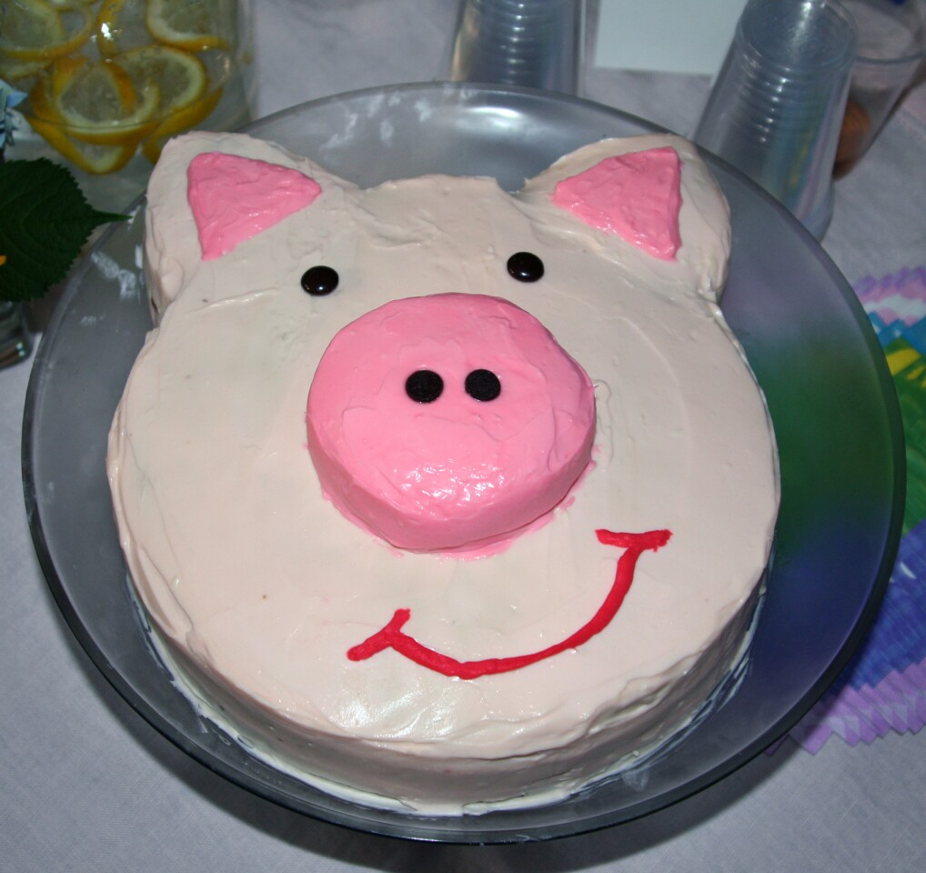 """Pink pig"" birthday cake"