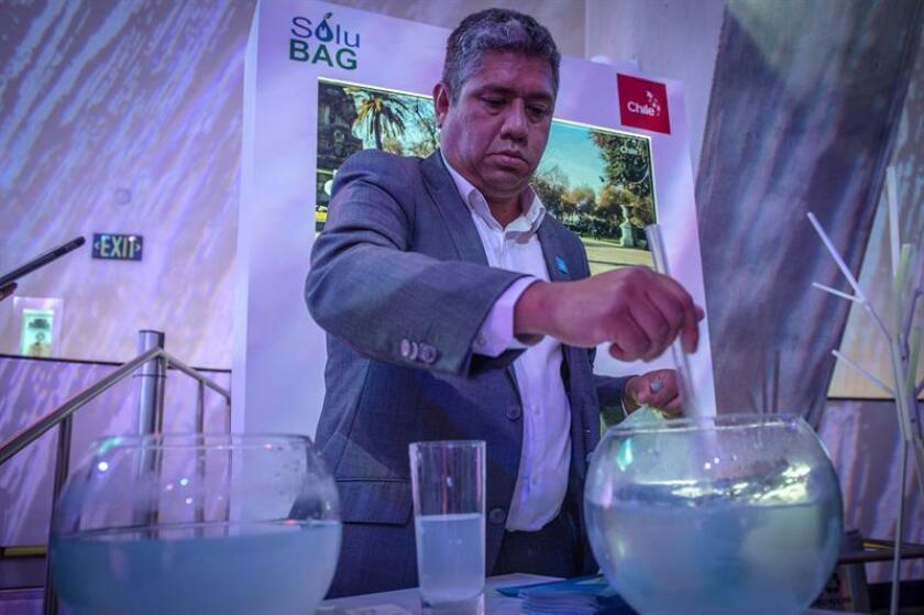 """Patricio Cabezas muestra como se desintegra una bolsa de plástico biodegradable durante la inauguración del evento """"Pregunte sobre Chile: un mundo de servicios"""" ayer lunes, 3 de diciembre de 2018, en el Museo de Ciencia Frost en Miami, Florida (EE.UU.). EFE"""