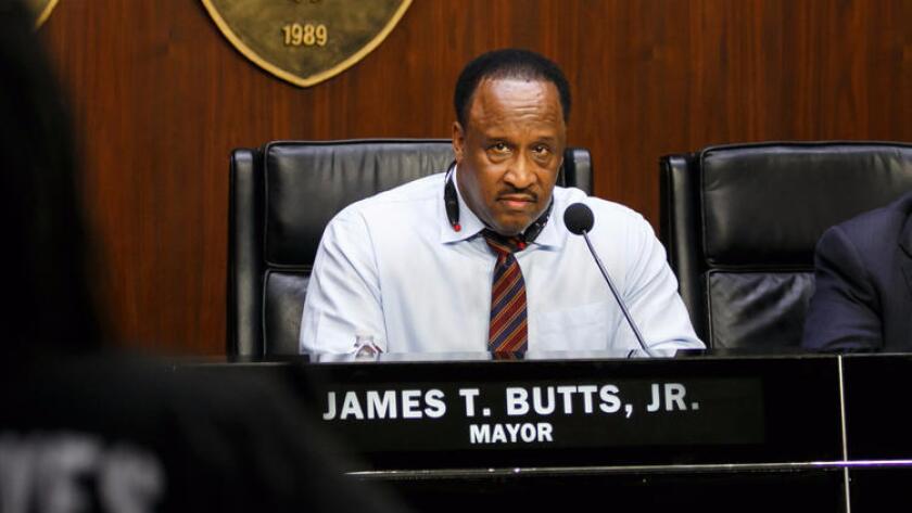 La hija del alcalde de Inglewood, James T. Butts, fue arrestada y acusada este miércoles de organizar un ataque al propietario de su vivienda.