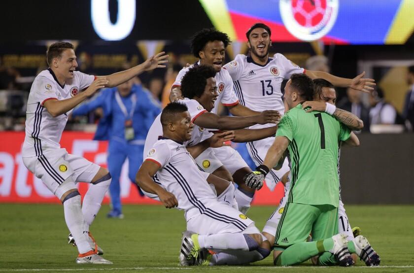 Jugadores de Colombia celebran su triunfo ante Perú en los cuartos de final de la Copa América Centenario el viernes 17 de junio de 2016 en East Rutherford, Nueva Jersey. (AP Foto/Peter Morgan)