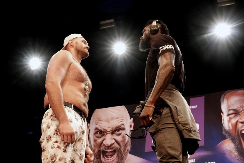 El campeón de peso completo del Consejo Mundial de Boxeo, Tyson Fury, a la izquierda, y Deontay Wilder