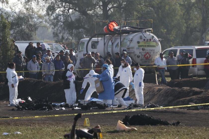Expertos forenses trabajan en el sitio donde 125 personas han muerto al estallar una toma clandestina de gasolina de Petróleos Mexicanos (Pemex) en en Tlahuelilpan (México). EFE/Archivo