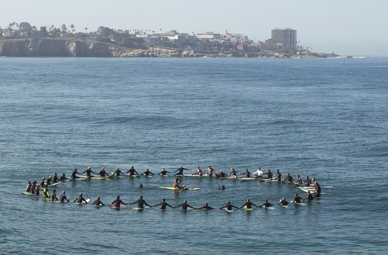 Hundreds celebrate life of 'Einstein of the Oceans' Walter Munk with paddle-out