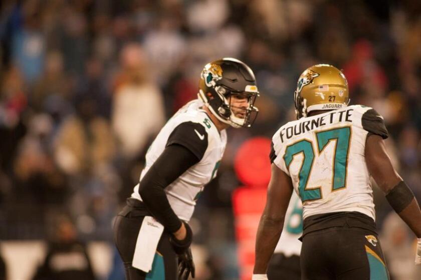 Jacksonville Jaguars quarterback Blake Bortles (L) talks with Jacksonville Jaguars running back Leonard Fournette (R) during the NFL game. EFE/Archivo