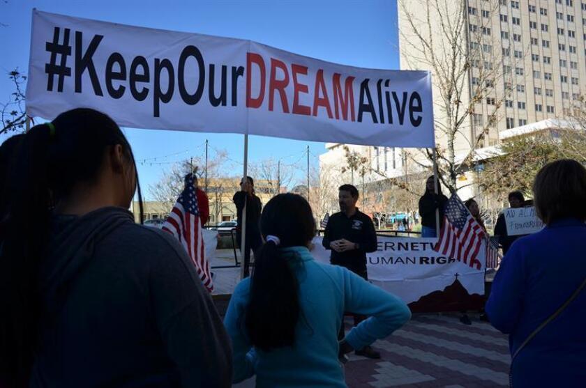 """En medio de la dura batalla para encontrar una vía legislativa que proteja a los beneficiarios de la Acción Diferida (DACA) antes del 5 de marzo, el servicio militar se muestra como uno de los pocos caminos viables y seguro para que los """"soñadores"""" puedan salvarse de la deportación. EFE/ARCHIVO"""