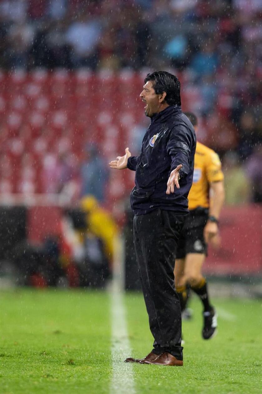 El entrenador paraguayo José Saturnino Cardozo afirmó este jueves que no le preocupa la posible llegada del internacional mexicano Marco Fabián a las Chivas de Guadalajara tras su salida del Eintracht Fráncfort alemán. EFE/ARCHIVO