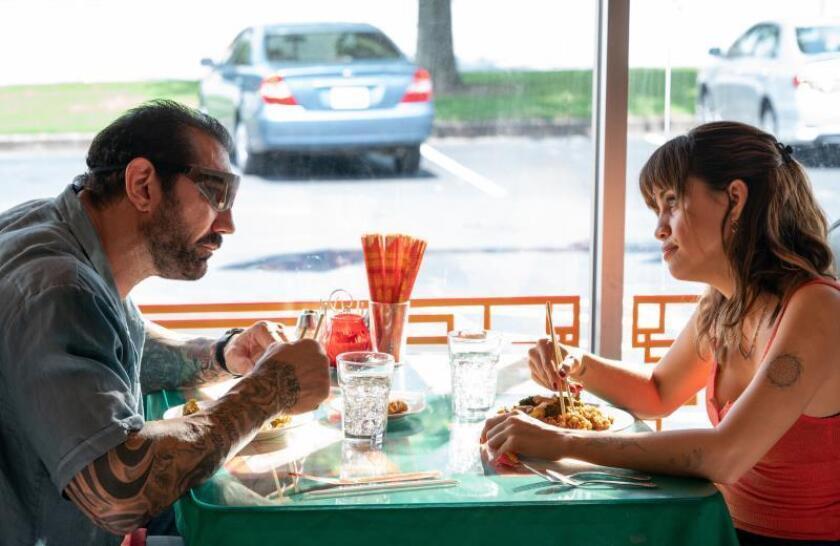 """Fotograma cedido donde aparece el actor Dave Bautista como Vic y la actriz Natalie Morales como Nicole, durante una escena de la cinta de acción y comedia """"Stuber"""" que se estrena este viernes en las salas de cine. EFE/Hopper Stone/Twentieth Century Fox/SOLO USO EDITORIAL/NO VENTAS"""
