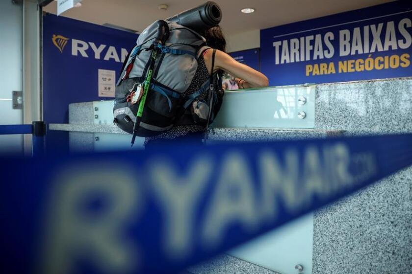Una pasajera en un mostrador de la aerolínea de bajo coste irlandesa de Ryanair, en el aeropuerto Francisco Sa Carneiro, en Oporto, Portugal. EFE/Archivo