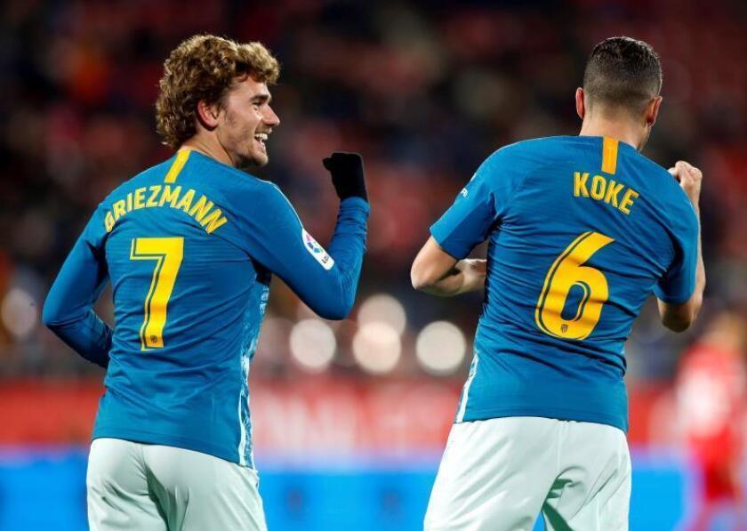 El delantero francés del Atlético de Madrid, Antoine Griezmann (i), celebra con su compañero el centrocampista Koke Resurrección (d), su gol anotado ante el Girona FC, el primero del partido correspondiente a la ida de los octavos de final de la Copa del Rey disputado en el Estadi Municipal de Montilivi, en Girona. EFE