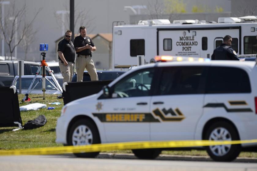 Policías vigilan cerca de donde hubo un enfrentamiento a tiros