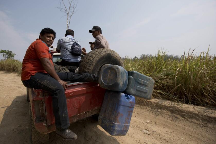 Voluntarios salen de la reserva de la Biosfera Maya después de luchar contra los incendios forestales en Petén, Guatemala, el domingo 5 de junio de 2016. Las autoridades guatemaltecas creen que detrás de los incendios forestales que este año han consumido miles de hectáreas no están sólo invasores de tierras sino también narcotraficantes que buscan abrirse espacios en lugares remotos y áreas naturales protegidas lejos del control estatal. (AP Foto/Moises Castillo)