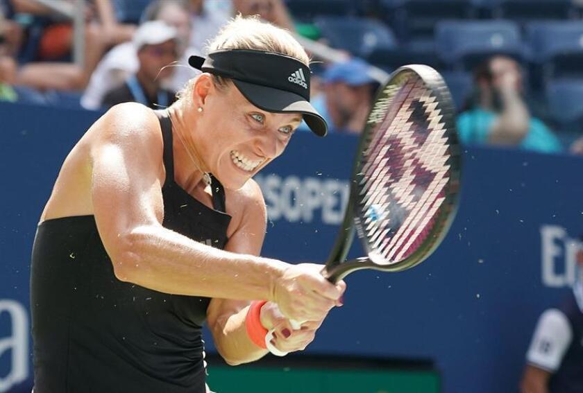 Angelique Kerber de Alemania devuelve una bola a Margarita Gasparyan de Rusia hoy, martes 28 de agosto de 2018, durante el segundo día de partidos del Abierto de Tenis de Estados Unidos en el Centro Nacional de Tenis USTA en Flushing Meadows, Nueva York (EE.UU.). EFE