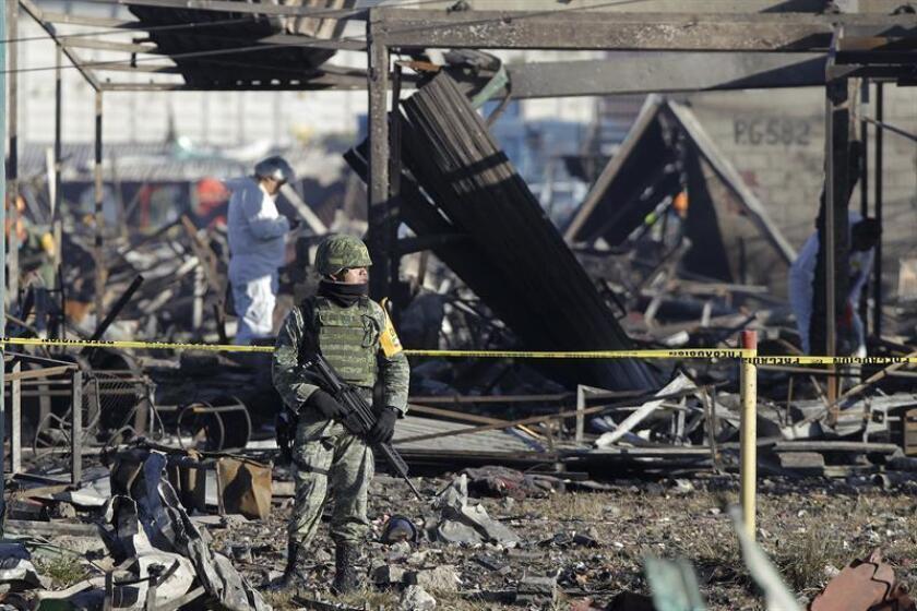 En la madrugada de este miércoles, tras las explosiones en el mercado mexicano de pirotecnia de Tultepec, se escuchó entre los escombros los gritos de un niño pequeño, dijo a Efe la voluntaria Beatriz Hernández, una de las primeras civiles en apoyar a las autoridades luego de la tragedia. EFE