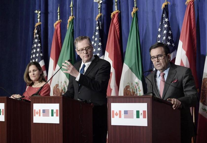 (i-d) La ministra canadiense de Asuntos Exteriores, Chrystia Freeland; el representante de Comercio Exterior de EE.UU., Robert Lighthizer, y el secretario de Economía mexicano, Ildefonso Guajardo, hablan sobre los resultados de renegociación del Tratado de Libre Comercio de América del Norte (TLCAN) durante una rueda de prensa. EFE/Archivo