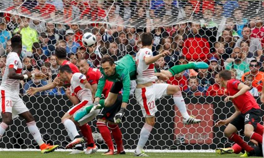 El suizo Fabian Schaer (en el medio) marca el gol de la victoria 1-0 ante Albania en la Eurocopa 2016 en Lens, Francia, el sábado 11 de junio de 2016. (AP Foto/Frank Augstein)