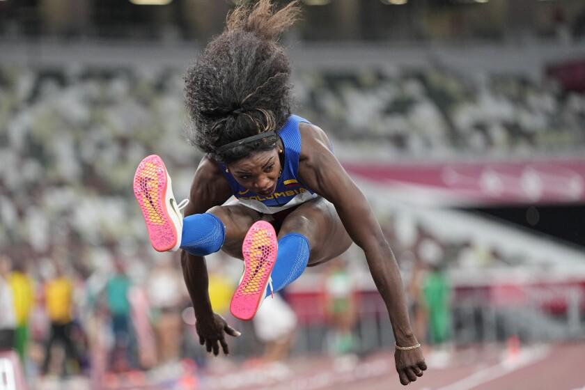 La colombiana Caterine Ibargüen compite en la ronda clasificatoria del triple salto femenino.