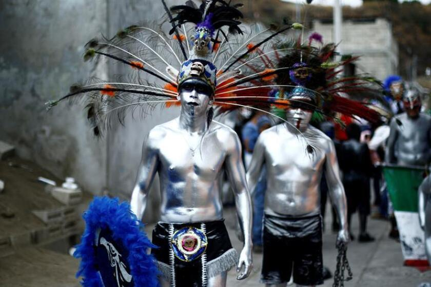 Niños y jóvenes con el cuerpo pintado participan hoy, martes 6 de marzo de 2018, en un carnaval celebrado en el poblado de San Nicolás de los Ranchos, en Puebla (México). Sus risas y cánticos rompen el silencio de las calles de la pequeña comunidad de San Nicolás de los Ranchos. Son los Xinacetes, hombres y niños sin ropa y con el cuerpo pintado, que realizan bailes prehispánicos durante tres días para expulsar a los demonios del pueblo. EFE