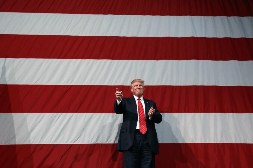 El candidato presidencial republicano Donald Trump llega a una reunión proselitista en Fayetteville, Carolina del Norte, el martes 9 de agosto de 2016. (AP Foto/Evan Vucci)