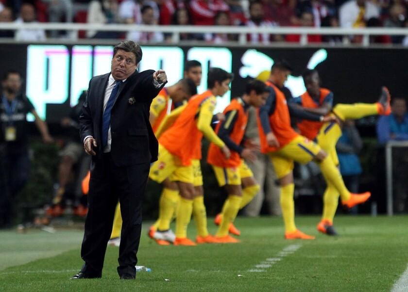 Errores arbitrales en el Super Clásico dejan molesto al 'Piojo' Herrera