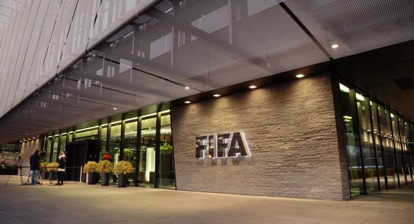 ARCHIVO - Esta foto del 2 de diciembre de 2015 muestra el exterior de la sede de la FIFA en Zúrich, Suiza.