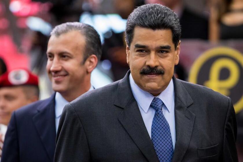 El presidente de Venezuela, Nicolás Maduro, acompañado del vicepresidente venezolano Tareck El Aissami (detrás). EFE/Archivo