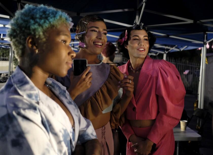 Los actores Monet Allen-Kemp, a la izquierda, Adrian Paul Arroyo y Aris Rahim antes de ir al set.